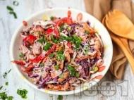Нисковъглехидратна салата с пуешко месо, зеле, чушки, моркови, бадеми и дресинг с тахан, чесън и лимонов сок